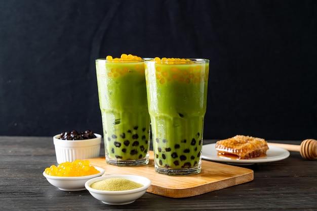 Latte di tè verde con bolle di miele e bolle