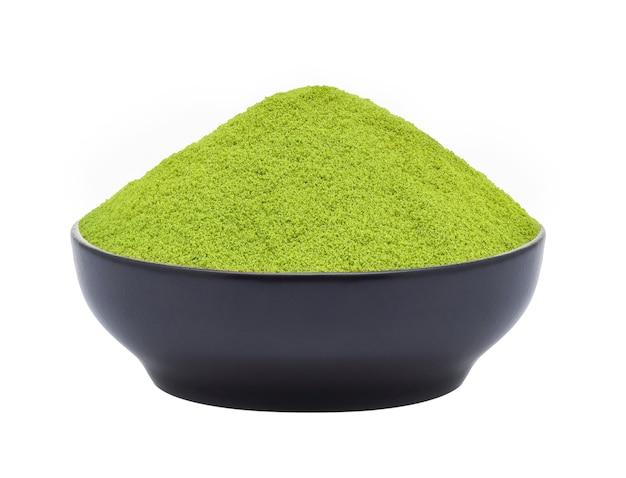 Tè verde in polvere in una ciotola su sfondo bianco (immagine di messa a fuoco impilata)