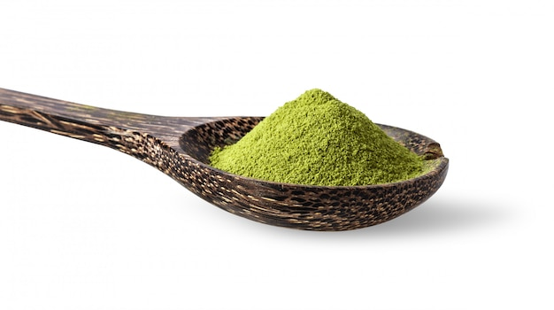 Polvere del tè verde in cucchiaio di legno
