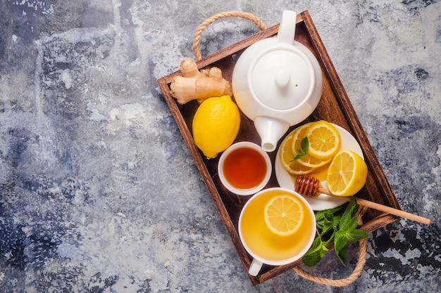 Tè verde con miele di limone, zenzero e menta, potenziamento dell'immunità e rimedi per il raffreddore, vista dall'alto.