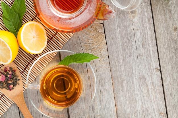 Tè verde con limone e menta su un tavolo di legno. vista dall'alto con copia spazio
