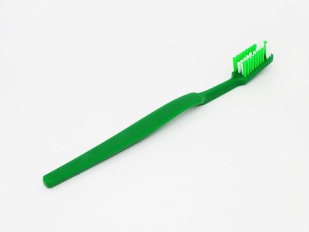 Spazzolino da denti verde isolato su uno sfondo bianco