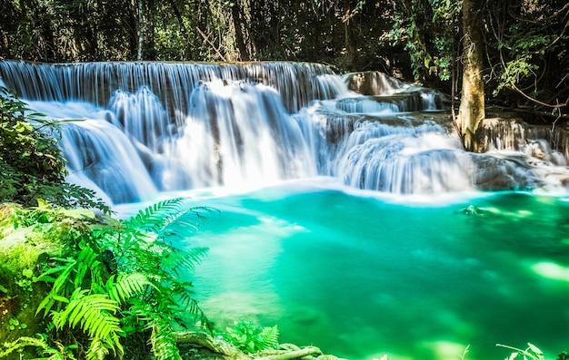 Acqua verde turchese della cascata