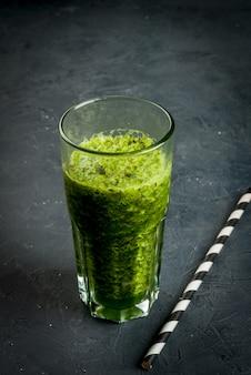 Frullato di verdure verdi Foto Premium