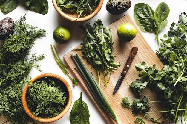 Verdure e frutta verdi, avocado, lime, cavolo, prezzemolo, cetriolo, aneto, cipolla, insalata, spinaci