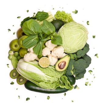 Verdure verdi gruppo di frutta e verdura verde su sfondo bianco
