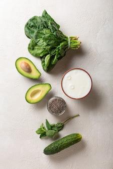 Verdure verdi per frullato detox allo yogurt.