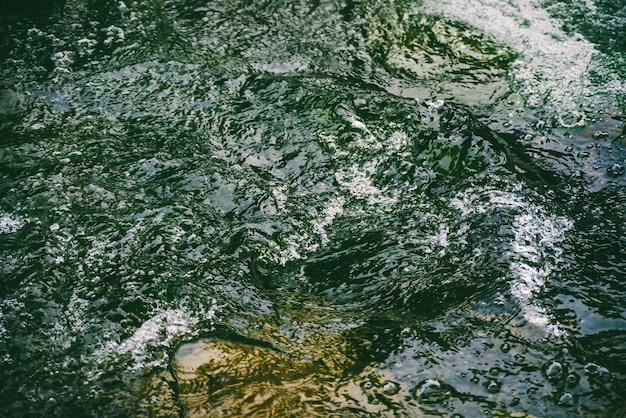 Superficie dell'acqua verde con bolle