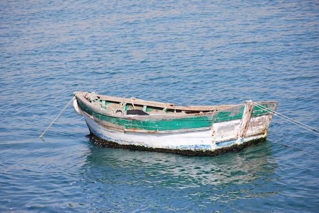 Barca verde e bianca in mezzo al lago