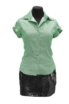 Abito donna verde su manichino isolato su bianco