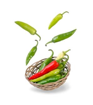 Levitazione nell'aria dei peperoncini verdi gialli e rossi