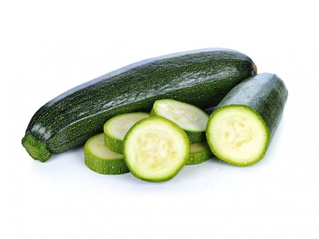 Zucchine verdi su fondo bianco