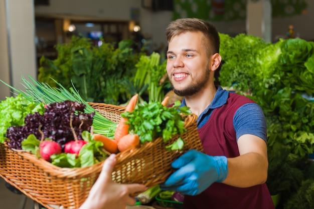 Fruttivendolo che prepara prodotto agricolo