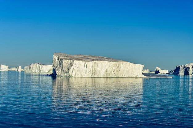 Paesaggio della groenlandia con iceberg
