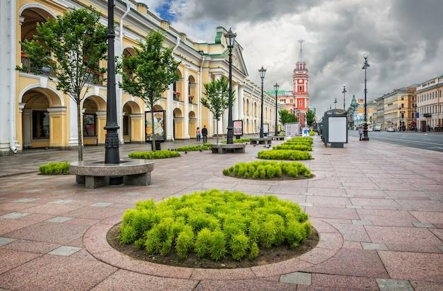 Verdi sulla prospettiva nevsky vicino al gostiny dvor a san pietroburgo e la torre della duma cittadina in lontananza