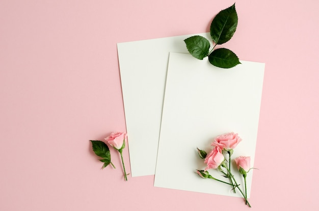 Saluto cad mockup su sfondo rosa con rose