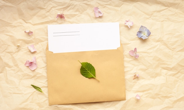Biglietto di auguri e busta con fiori di ortensia