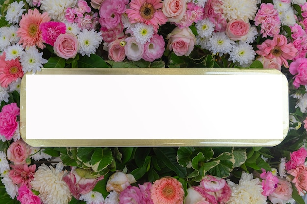 Biglietto di auguri sullo sfondo bouquet di fiori