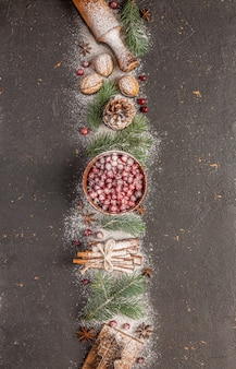 Biglietto di auguri felice anno nuovo 2022 e buon natale! albero di natale, neve e decorazioni