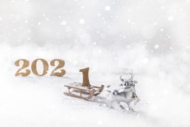 Cartolina d'auguri di felice anno nuovo toro di metallo