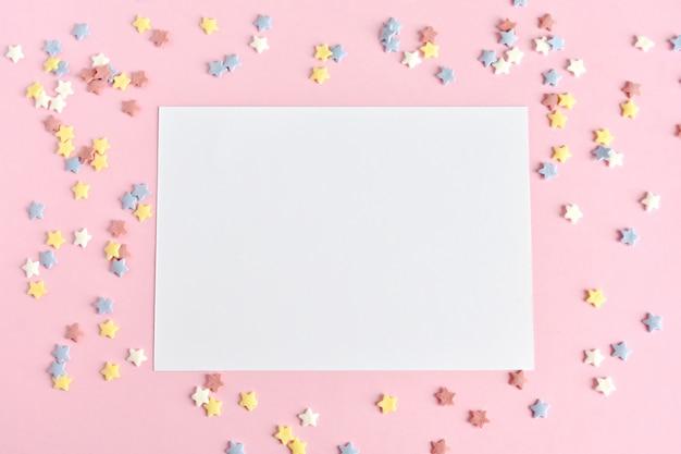 Biglietto di auguri mock up su stelle di zucchero rosa, colorate, invito a una festa di compleanno.
