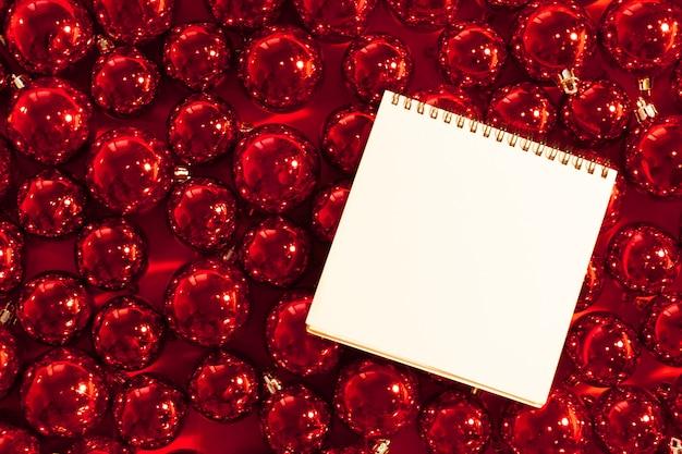 Biglietto di auguri mock up con ornamenti natalizi