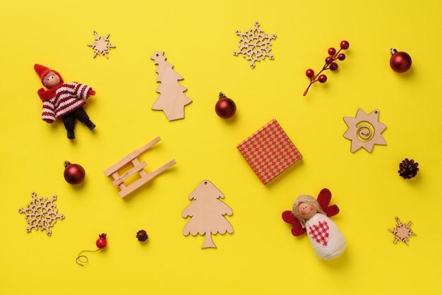 Biglietto di auguri per la festa di capodanno. regali di natale, elementi decorativi e ornamenti su sfondo giallo.