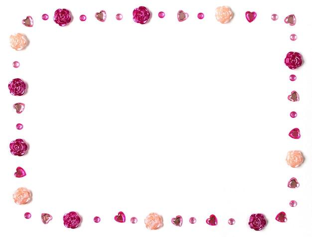 Biglietto di auguri per san valentino. cuori, rose e strass su sfondo bianco.
