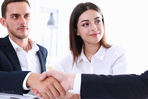 Gli uomini d'affari di greup si stringono la mano come ciao in primo piano dell'ufficio. benvenuto di un amico, introduzione, gesto di saluto o di ringraziamento, pubblicità del prodotto, approvazione della partnership, braccio, fare un affare sul concetto di affare