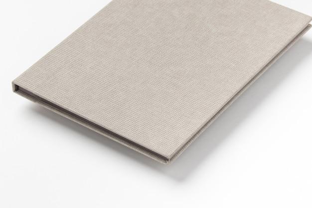 Libro con copertina rigida grigio su sfondo bianco