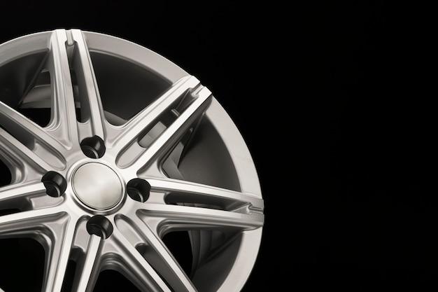 Nuovo cerchio in lega grigio per auto, primo piano vista laterale, lucidato. copyspace
