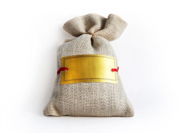 Sacchetto grigio di tela con un'etichetta vuota per il testo. confezione regalo con copia spazio