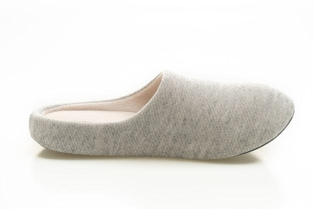 Pantofola grigia isolato su sfondo bianco