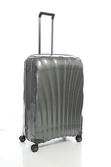 Valigia grigia su sfondo bianco