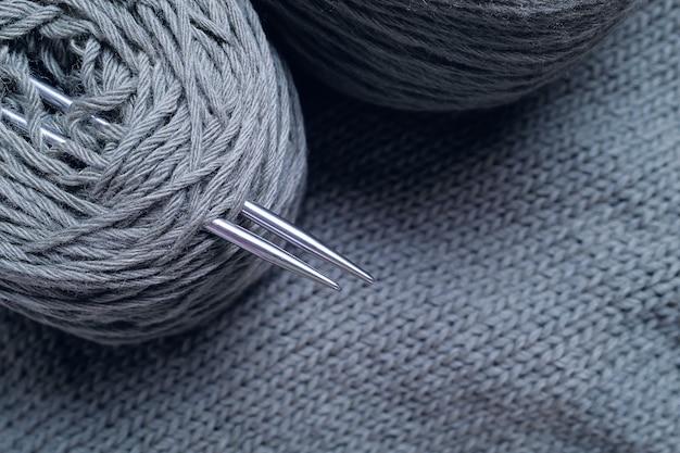 Fili grigi, matasse e gomitoli di lana italiana.