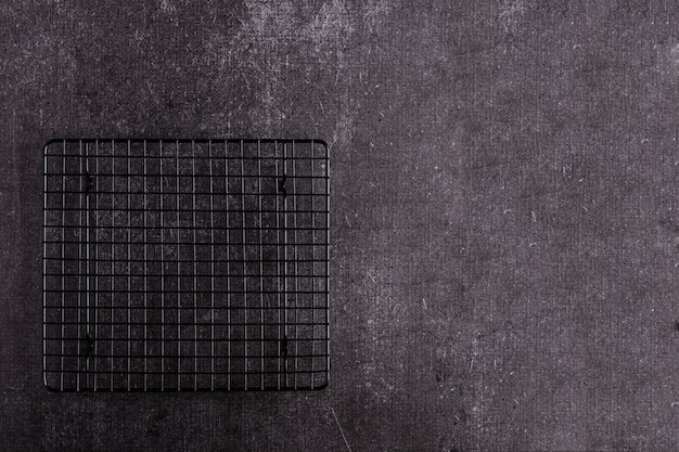 Priorità bassa della griglia - barbecue infornato vuoto sul nero