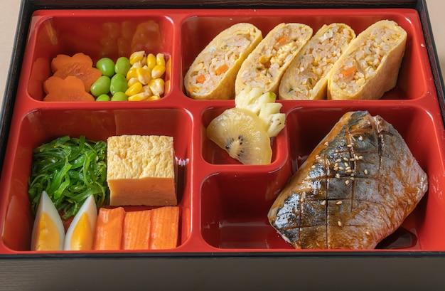 Pesce saba sgombro alla griglia con antipasto in set bento - stile giapponese