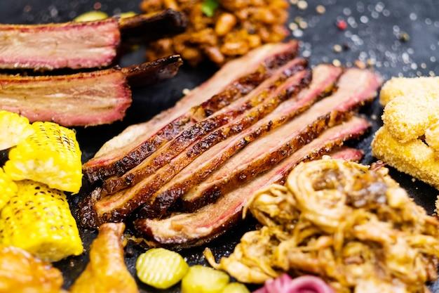 Menu del ristorante alla griglia. assortimento di affettati affumicati e piatti di verdure al forno.