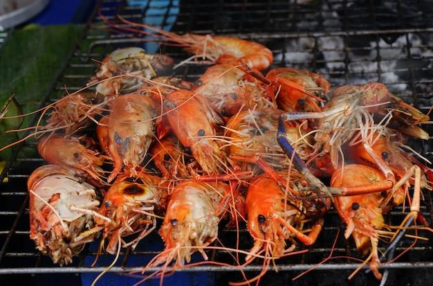 Spuntini di pesce alla griglia gamberetti cibo di strada tradizionale