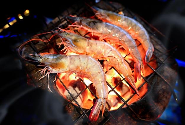 Gamberi alla griglia con fuoco caldo dalla stufa a carbone.