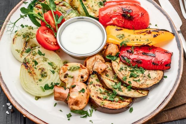 Verdure alla griglia assortite con salsa all'aglio su un piatto
