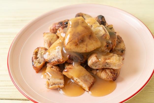 Banane grigliate con salsa al caramello al cocco sul piatto