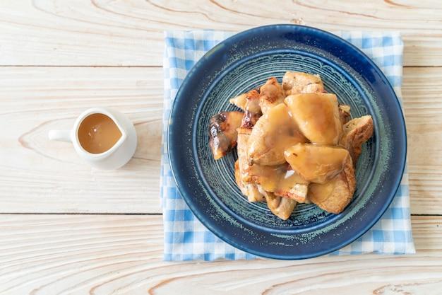 Banane grigliate con salsa di caramello al cocco sul piatto