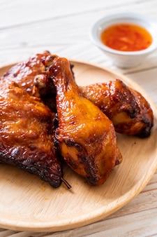 Pollo alla griglia e barbecue sul tavolo