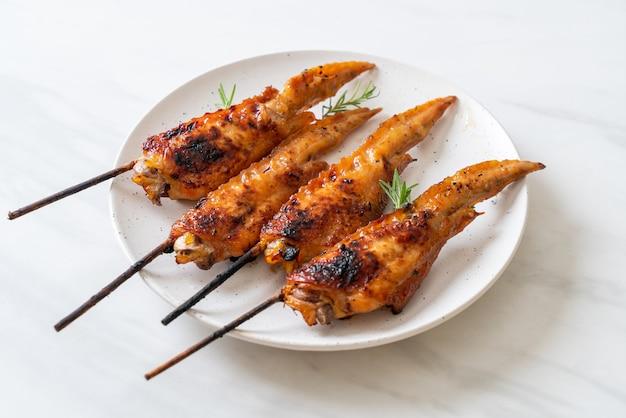 Spiedino di ali di pollo alla griglia o barbecue sulla piastra
