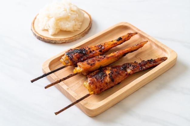 Spiedino di ali di pollo alla griglia o al barbecue con riso appiccicoso