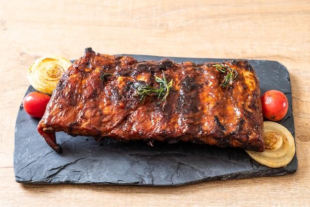 Costolette di maiale alla griglia e barbecue