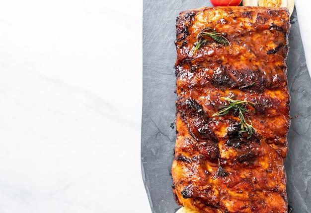 Costine di maiale alla griglia e barbecue
