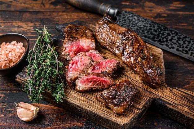 Fette di bistecche gonna barbecue alla griglia su una tavola di legno