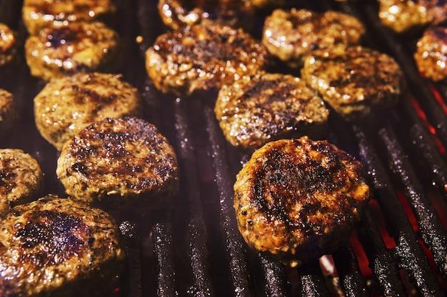 Barbecue alla griglia e festa con barbecue affumicato. avvicinamento